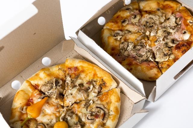 宅配ピザの持ち帰りで半額になるのはドミノピザとピザハット!